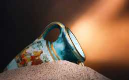 Oude blauwe vaas in zand royalty-vrije stock fotografie