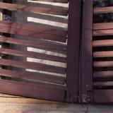 Oude blind houten zonneblinden stock afbeeldingen