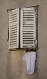 Oude blinden op het venster Stock Foto's