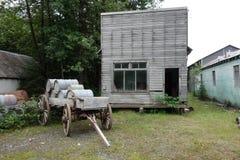 Oude blokhuis en wagen royalty-vrije stock foto's