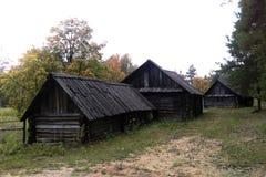 Oude blokhuizen in het de herfstbos royalty-vrije stock afbeeldingen