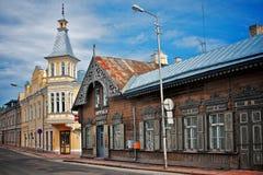 Oude blokhuizen in kleine straathoek Rakvere, Estland Stock Afbeelding