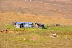 Oude blokhuizen op het plateau van Lagonaki De Kaukasus, Rusland Stock Foto