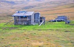 Oude blokhuizen op het plateau van Lagonaki Kaukasische rese Royalty-vrije Stock Afbeeldingen