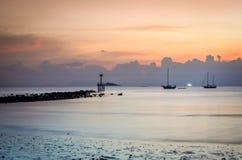 Oude blootstelling van avondlandschap bij tropisch strand stock foto's