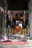 Oude boeddhistische monnik binnen tempel stock foto's