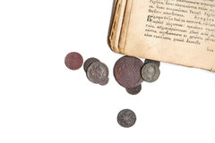 Oude boek en muntstukken Stock Afbeeldingen