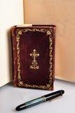 Oude boek en pen royalty-vrije stock foto's