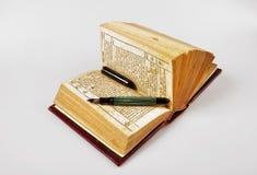 Oude boek en pen royalty-vrije stock fotografie