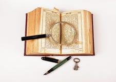 Oude boek en pen Stock Fotografie