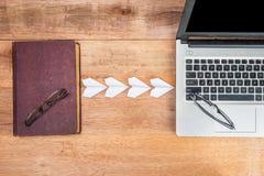 Oude boek verbindende laptop, het concept van het evolutieboek stock foto's