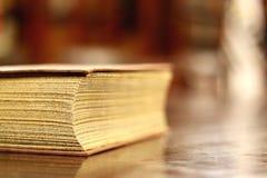 Oude boekclose-up Stock Afbeeldingen