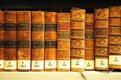 Oude boeken in bibliotheek Royalty-vrije Stock Foto