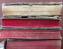 Oude boeken bij zolder stock foto's