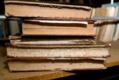 Oude boeken die op een plank in de bibliotheek liggen royalty-vrije stock foto