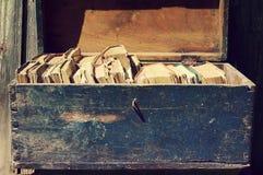 Oude boeken in een houten blauwe borst Stock Foto's