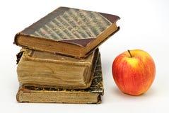 Oude boeken en aplle Stock Fotografie