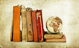 Oude boeken en bolaarde stock afbeeldingen