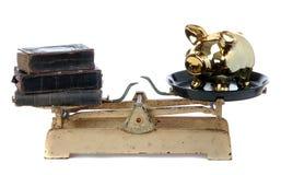 Oude boeken en gouden spaarvarken Royalty-vrije Stock Afbeeldingen