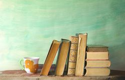 Oude boeken en kop van koffie Royalty-vrije Stock Foto