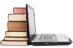 Oude boeken en laptop Stock Afbeelding