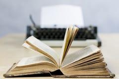 Oude boeken en schrijfmachine op een houten lijst Mening van boeken en a Royalty-vrije Stock Fotografie