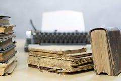 Oude boeken en schrijfmachine op een houten lijst Mening van boeken en a Royalty-vrije Stock Afbeelding