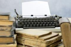 Oude boeken en schrijfmachine op een houten lijst Mening van boeken en a Royalty-vrije Stock Afbeeldingen