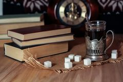 Oude boeken en thee in de avond Een glas van drank op lijst E Royalty-vrije Stock Fotografie
