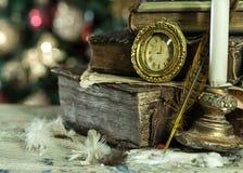 Oude boeken en uitstekende klok op Kerstmisachtergrond. Stock Fotografie