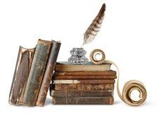 Oude boeken, inkstand en rol stock foto's