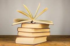 Oude boeken op de houten lijst Royalty-vrije Stock Foto