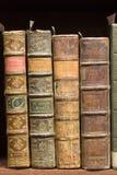 Oude boeken op de plank stock afbeelding