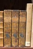 Oude boeken op de plank stock fotografie