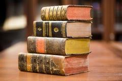 Oude boeken op de plank stock afbeeldingen