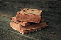 Oude boeken op een houten lijst Royalty-vrije Stock Afbeeldingen
