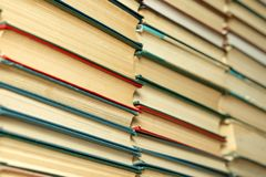 Oude boeken op een houten lijst bibliotheek royalty-vrije stock foto