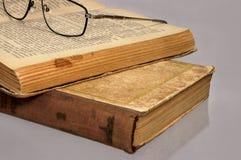 Oude boeken op een lijst. stock afbeeldingen