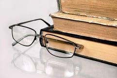 Oude boeken op een lijst. stock fotografie