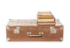 Oude boeken op een oude koffer Stock Afbeeldingen