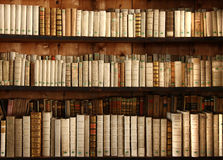 Oude boeken op een plank royalty-vrije stock fotografie