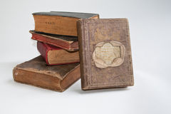 Oude boeken op een witte achtergrond. Stock Foto's