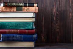 Oude boeken op houten achtergrond De bron van informatie Boeken binnen Huisbibliotheek De kennis is macht Royalty-vrije Stock Afbeeldingen
