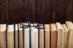 Oude boeken op houten achtergrond De bron van informatie Boeken binnen Huisbibliotheek De kennis is macht Stock Foto