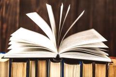 Oude boeken op houten achtergrond De bron van informatie Boeken binnen Huisbibliotheek De kennis is macht Royalty-vrije Stock Foto