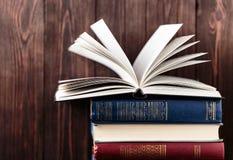 Oude boeken op houten achtergrond De bron van informatie Boeken binnen Huisbibliotheek De kennis is macht Stock Foto's