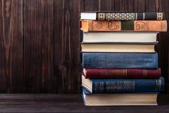 Oude boeken op houten achtergrond De bron van informatie Boeken binnen Huisbibliotheek De kennis is macht Stock Afbeeldingen