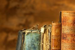 Oude boeken op houten plank Het bestuderen bij de Universiteit van oude Boeken Plaats voor tekst Stock Foto's