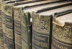 Oude boeken op plank Stock Foto
