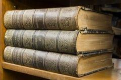 Oude boeken op plank Stock Fotografie